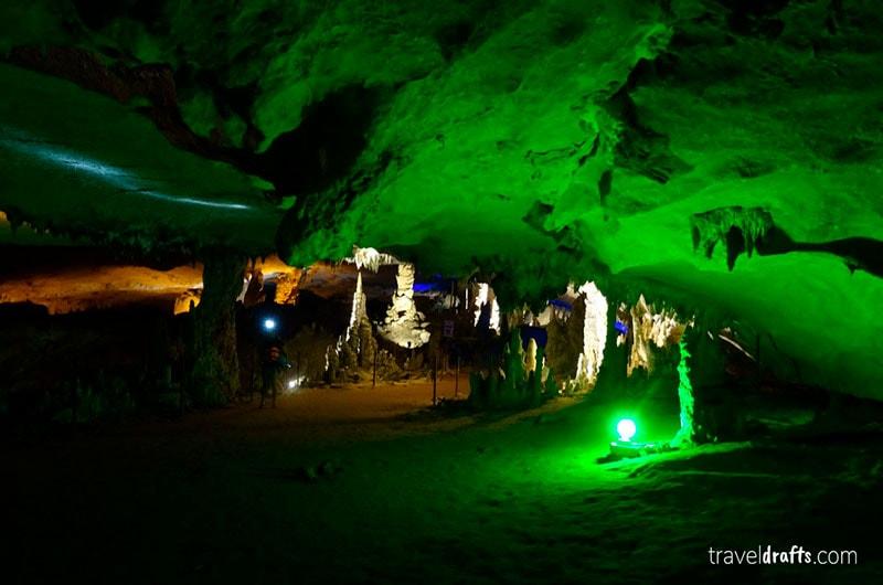 Caminha pela caverna em Kong Lor