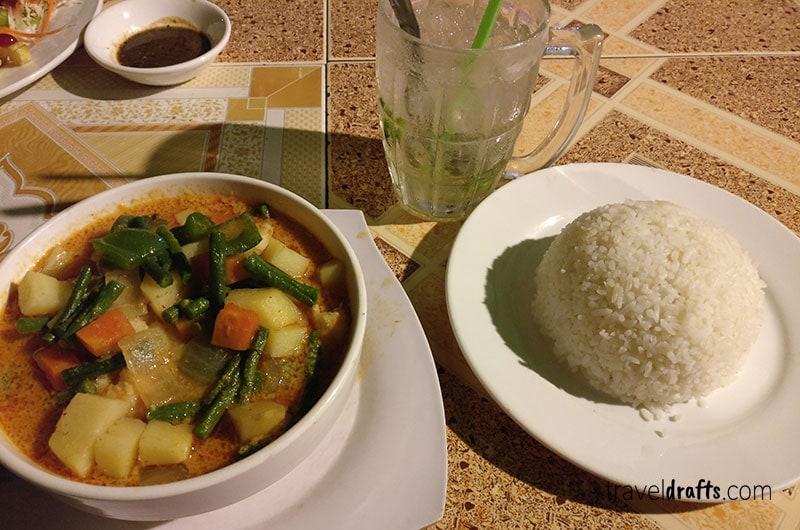 Comer em Koh ta Kiev Cambodja