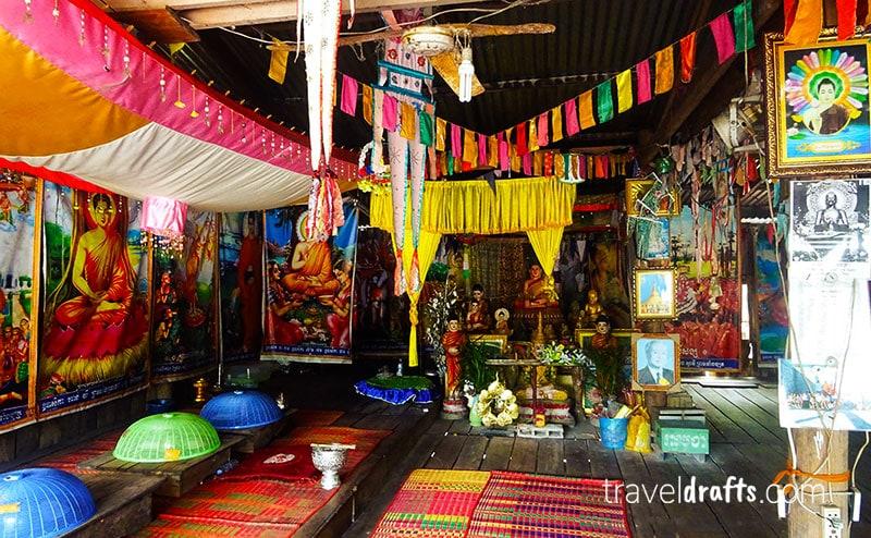 O interior de um templo numa pequena aldeia tradicional